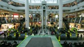 La gente della scala mobile di Timelapse del centro commerciale stock footage
