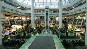 La gente della scala mobile di Timelapse del centro commerciale
