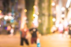 La gente della sfuocatura che cammina e che compera al centro commerciale in città immagine stock