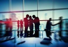 La gente della siluetta che incontra paesaggio urbano Team Concept Fotografie Stock