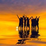 La gente della siluetta sul tramonto Fotografia Stock Libera da Diritti