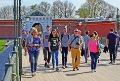 La gente della società che cammina intorno alla città fotografie stock