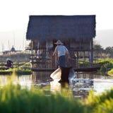 La gente della tribù di Intha sul lago Inle, Myanmar Immagini Stock