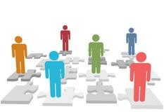 La gente delle risorse umane si leva in piedi sulle parti di puzzle Fotografie Stock