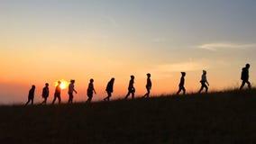 La gente delle viandanti che fa un'escursione - stile di vita attivo sano video d archivio