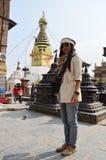 La gente dello straniero e di Nepalese viaggia al tempio di Swayambhunath Immagini Stock