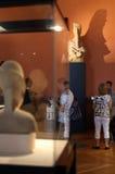 La gente dentro il museo del Louvre Fotografie Stock Libere da Diritti