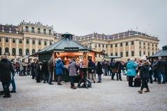 La gente dentro il Natale ed il mercato del nuovo anno al palazzo di Schonbrunn, Vienna, Austria fotografie stock libere da diritti
