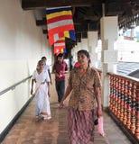 La gente dentro il tempio del dente Immagine Stock Libera da Diritti
