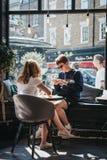 La gente dentro Joe & il caffè del succo a Richmond, Londra, Regno Unito immagini stock