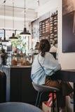 La gente dentro Joe & il caffè del succo a Richmond, Londra, Regno Unito fotografia stock libera da diritti
