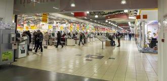 La gente dentro l'ipermercato Fotografie Stock Libere da Diritti