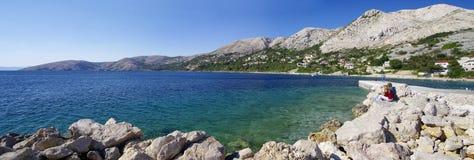 La gente descansa sobre la playa de Laguna en la ciudad histórica de Baska en la isla de Krk el 30 de abril de 2017 Croacia Fotos de archivo libres de regalías