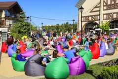 La gente descansa sobre silla-bolsos durante el festival de la comida foto de archivo libre de regalías