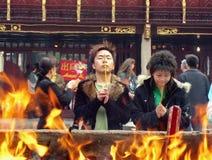 La gente desconocida adora en el templo de dios de la ciudad en Shangai Fotos de archivo