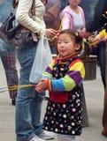 La gente desconocida adora en el templo de dios de la ciudad en Shangai Fotografía de archivo libre de regalías