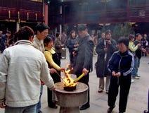 La gente desconocida adora en el templo de dios de la ciudad en Shangai Foto de archivo libre de regalías