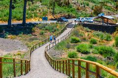 La gente desconocida visita punto de vista sobre las nubes en el parque nacional de Teide en Tenerife, España Fotografía de archivo libre de regalías
