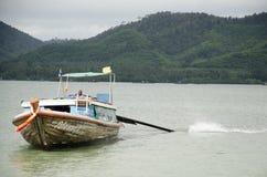 La gente determina la nave di legno e l'attracco a Koh Yao Noi Harbor per la s Immagini Stock