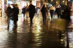 La gente di acquisto alla notte a Venezia fotografie stock libere da diritti