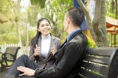 La gente di affari asiatica che discute l'affare proietta sul banco p Fotografia Stock