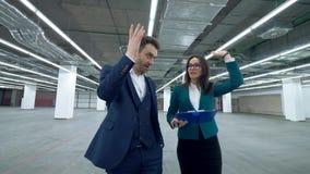 La gente di affari cammina in una stanza, parlante di un progetto di lavoro video d archivio