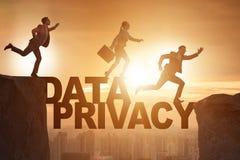 La gente di affari che sfugge alla responsabilità di segretezza di dati immagine stock libera da diritti