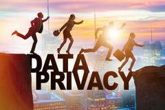 La gente di affari che sfugge alla responsabilità di segretezza di dati royalty illustrazione gratis
