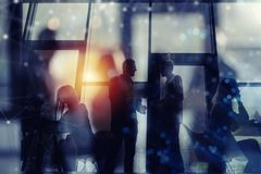 La gente di affari collabora insieme ad ufficio Effetti di doppia esposizione fotografie stock