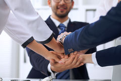 La gente di affari della gente di affari del gruppo raggruppa il lavoro di squadra di mostra felice e prender per manosi o dare c Fotografia Stock