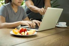 La gente di affari equipaggiano ed il lavoro di gruppo della donna con il computer portatile con la f fresca Fotografie Stock Libere da Diritti