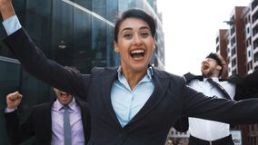 La gente di affari esulta e salta con felicità archivi video