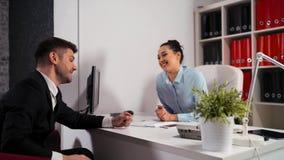 La gente di affari firma il contratto in ufficio Busta di elasticità del cliente con i dollari al responsabile stock footage
