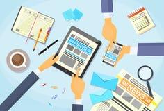La gente di affari ha letto il giornale, passa la compressa Smart Immagine Stock