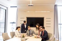La gente di affari ha riunione in un ufficio moderno fotografia stock