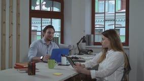 La gente di affari lavora insieme archivi video