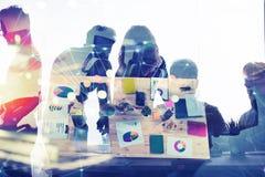 La gente di affari lavora insieme in ufficio con gli effetti della rete internet Concetto di lavoro di squadra e dell'associazion fotografie stock