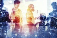 La gente di affari lavora insieme in ufficio con gli effetti della rete internet Concetto di lavoro di squadra e dell'associazion immagini stock libere da diritti