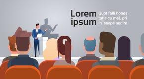 La gente di affari raggruppa all'altoparlante di corsi di formazione di riunione di conferenza che sta alla tribuna illustrazione vettoriale