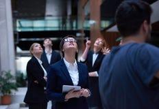 La gente di affari raggruppa all'ufficio Fotografia Stock