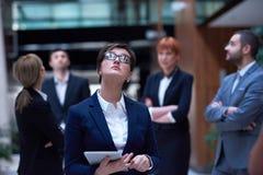 La gente di affari raggruppa all'ufficio Immagini Stock Libere da Diritti