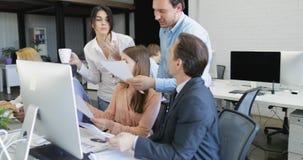 La gente di affari raggruppa analizza i risultati di strategia che discutono i documenti di rapporto, gruppo di lavoro occupato d stock footage