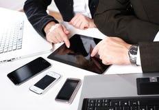 La gente di affari raggruppa il lavoro con il computer portatile. Immagine Stock