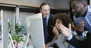 La gente di affari raggruppa la discussione dei dati sul monitor del computer, buisnesswoman di aiuto di buinessmen con lavoro, r archivi video