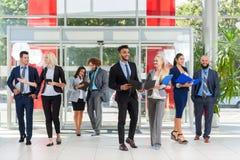La gente di affari raggruppa la discussione del piano del progetto del documento che comunica, sorriso parlante nell'ufficio mode Fotografia Stock