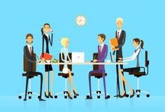 La gente di affari raggruppa la seduta alla scrivania illustrazione vettoriale