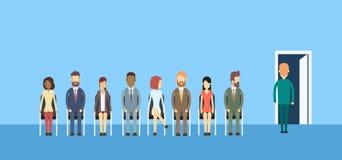 La gente di affari raggruppa la seduta nella linea porta della coda Fotografia Stock