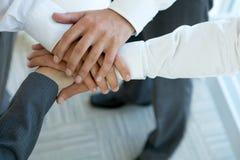 la gente di affari raggruppa le mani di collegamento Fotografie Stock