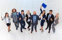 La gente di affari raggruppa riuscito Team Top Angle View emozionante, sorriso felice delle persone di affari con le mani solleva Fotografia Stock