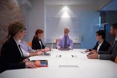 La gente di affari raggruppa sulla riunione Immagini Stock Libere da Diritti